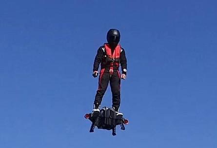 """超酷""""空中飞板""""现世 可飞上三千米高空"""