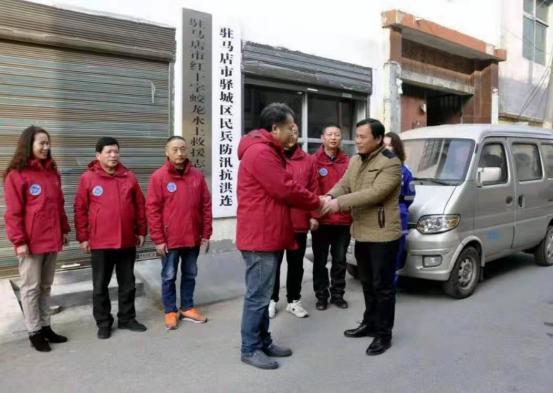 驻马店市红十字蛟龙应急救援队接受热心市民杜振捐赠义举