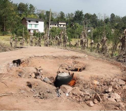重庆一空地50年来一直冒火 村民拿来烧水煮饭